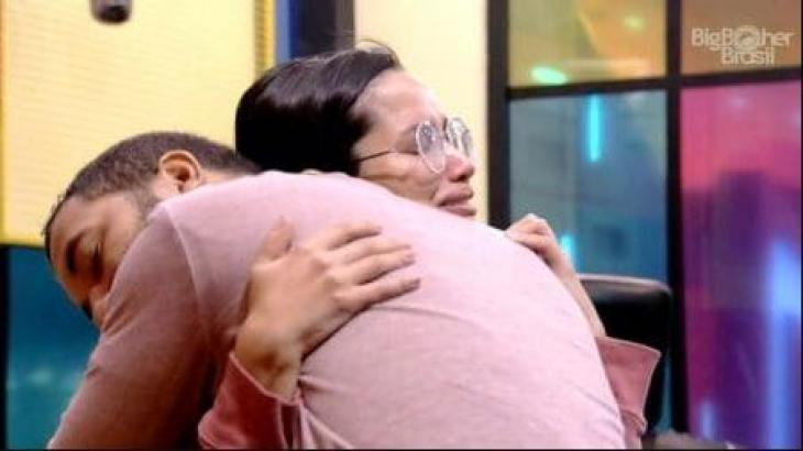 Na academia, Gilberto e Juliette se abraçam