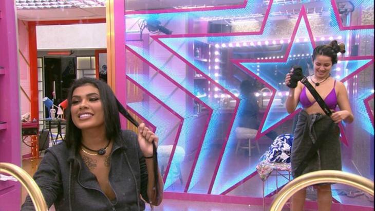 Juliette e Pocah conversando e se maquiando no banheiro do BBB21