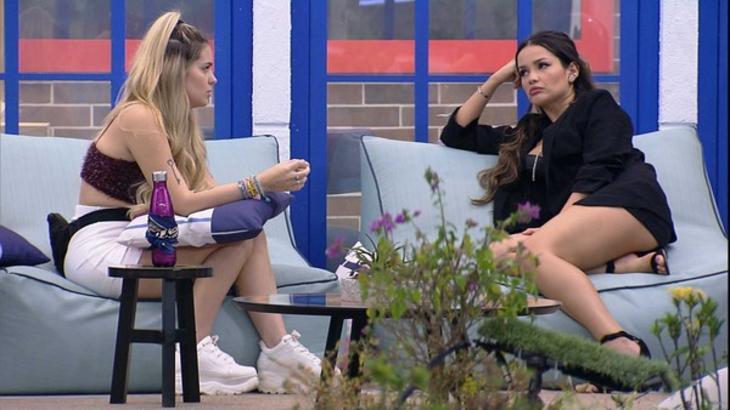 Viih Tube e Juliette sentadas na área externa do BBB21