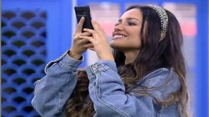 Juliette tira foto com o celular no gramado do BBB21