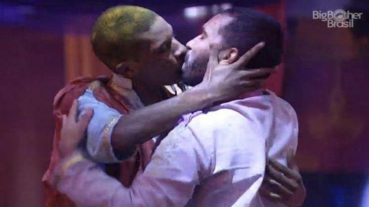 Lucas e Gilberto se beijam no BBB21