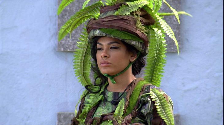 Pocah está vestida com fantasia de samambaia na área externa do BBB21