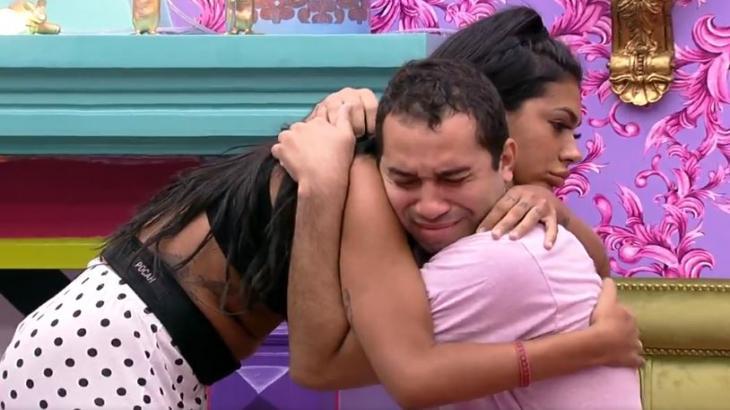 Gilberto chora e Pocah o abraça no quarto colorido