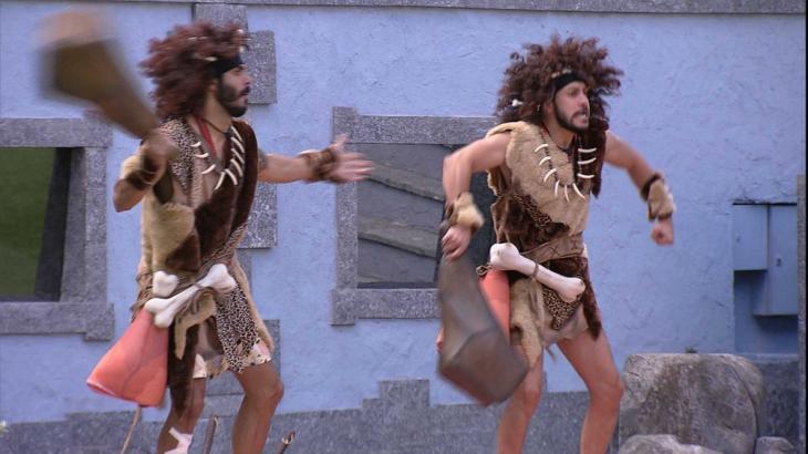 Caio e Rodolffo dançam fantasiados de homens da caverna