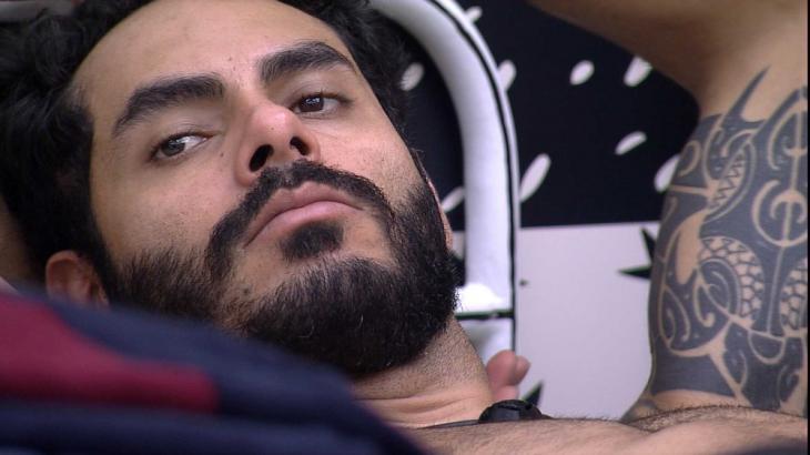 Rodolffo está deitado no quarto cordel do BBB21