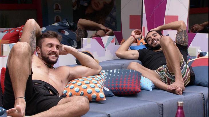 Rodolffo e Arthur estão sentados na sala