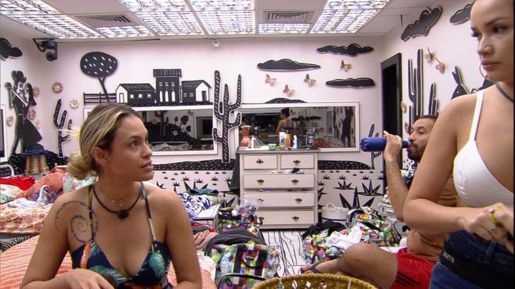 No quarto cordel, Sarah conversa com Gilberto e Juliette