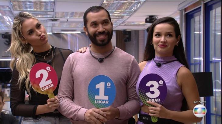 Foto mostra Sarah, Gilberto e Juliette lado a lado com placas de segundo, primeiro e terceiro lugar respectivamente