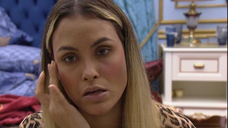 Sarah Andrade sentada durante conversa no quarto do líder