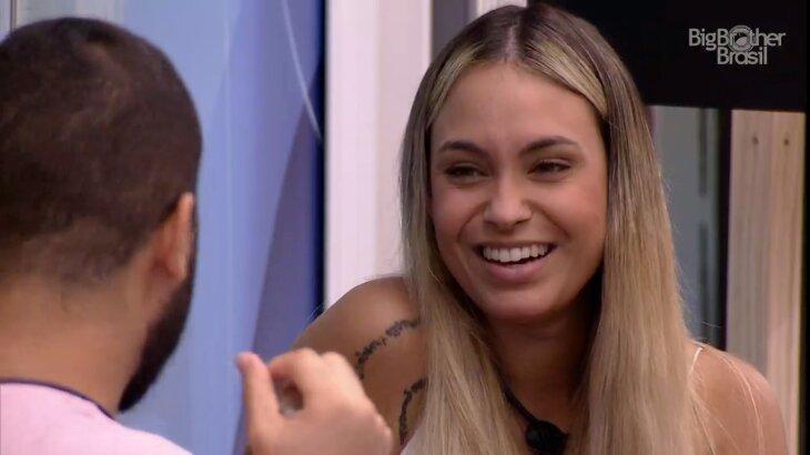 Sarah sorrindo conversando com Gilberto