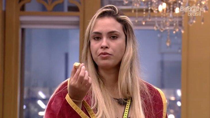 Sarah comendo no quarto do líder