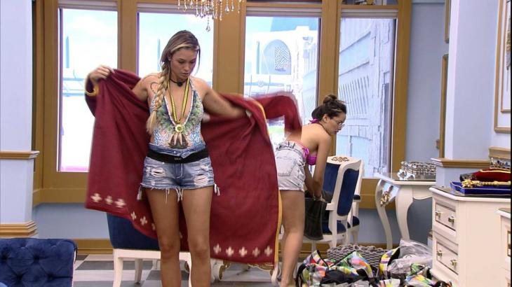 Sarah veste o roupão no quarto do líder e conversa com Juliette