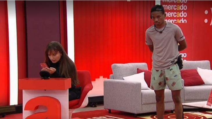 Thaís demonstra impaciência com Lucas na área de compras do BBB21