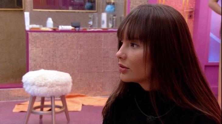 Thaís sentada perto do banheiro do BBB21