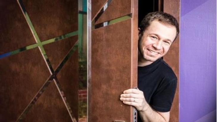 Tiago Leifert está na porta da casa do BBB21