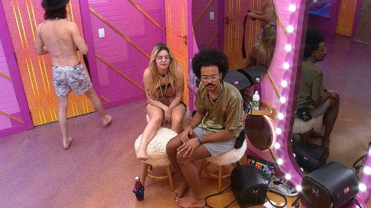 Viih Tube está sentada ao lado de João em frente ao confessionário do BBB21