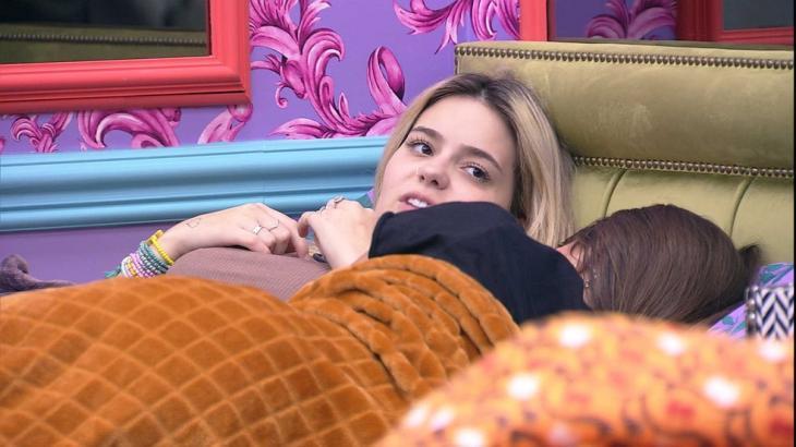 Viih Tube e Thaís estão deitadas na cama no quarto colorido
