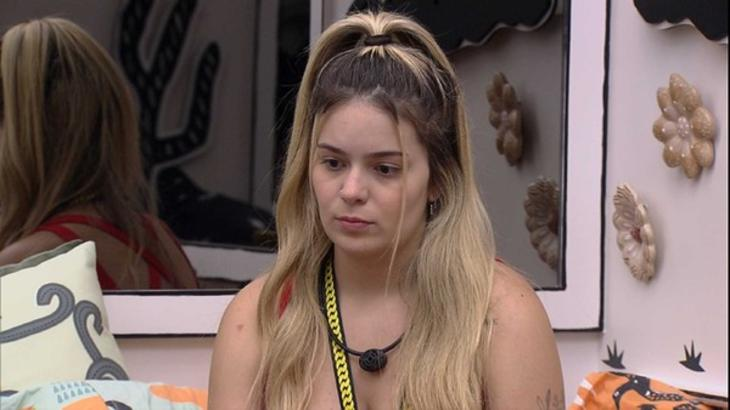 Viih Tube sentada no quarto cordel do BBB21