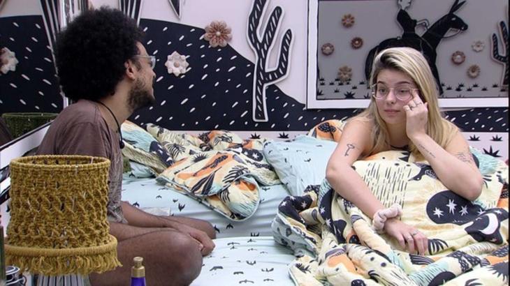 João Luiz e Viih Tube sentados na cama do quarto cordel
