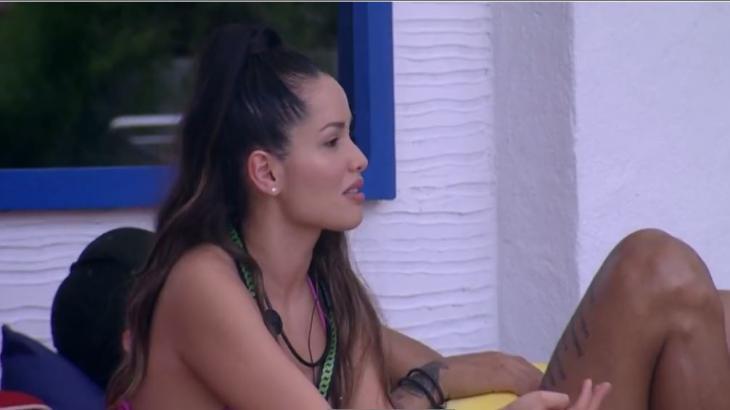 Na área externa, Juliette conversa com brothers