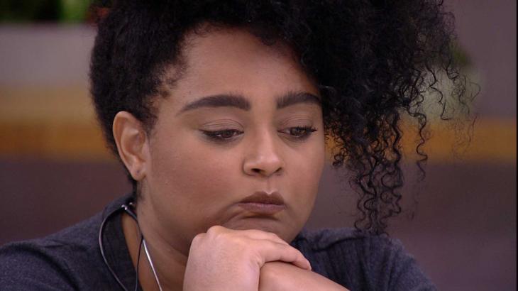 Após ver Presente do Anjo, Rízia fica pensativa - Foto: Reprodução