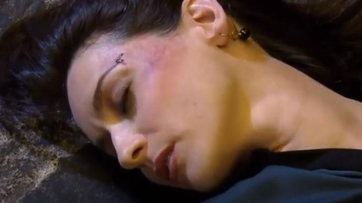 Beatriz está no chão inconsciente após agressão de marido em Amores Verdadeiros