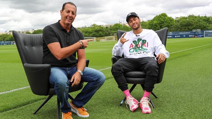 Benjamin Back e Neymar em entrevista no gramado