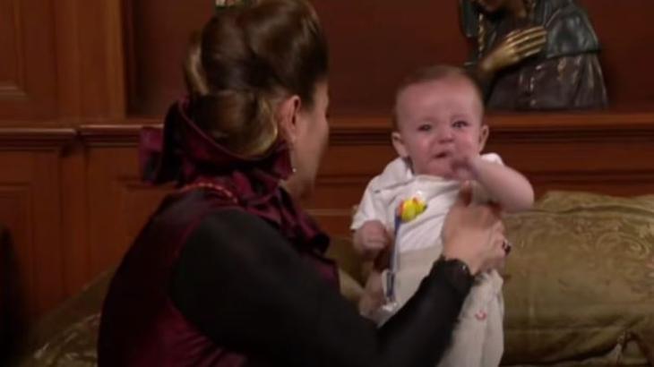 Bernarda segura o pequeno João Paulo em Triunfo do Amor