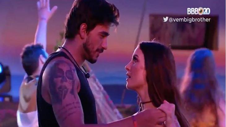 """BBB20: Bianca """"esquece"""" do namorado e pede beijo para Guilherme durante festa"""