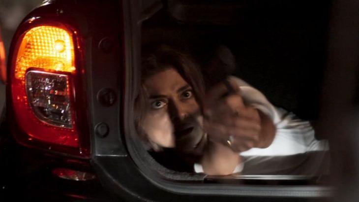 Bibi aponta arma de dentro do porta-malas do carro