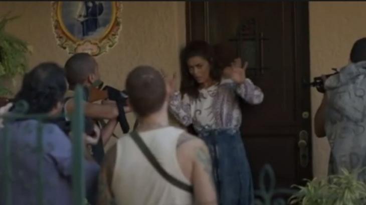 Marginais apontam fuzis na direção da Bibi que levanta as mãos