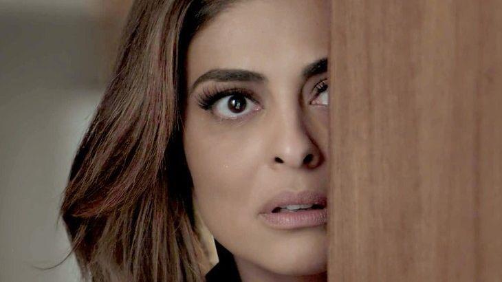 Bibi com expressão de assustada atrás de uma porta