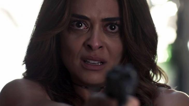 Bibi com uma arma na mão e cara de choro