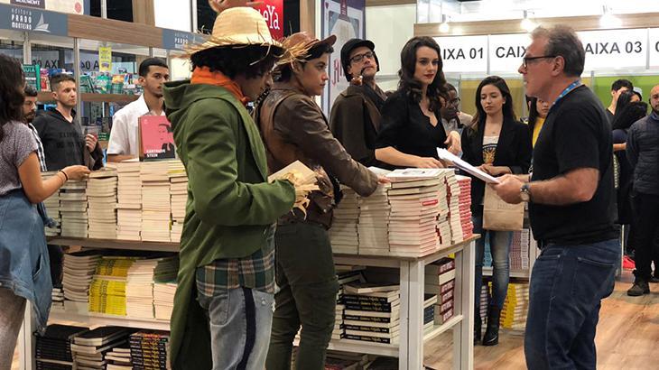 Funcionários da editora se vestiram de personagens dos livros - Divulgação/TV Globo