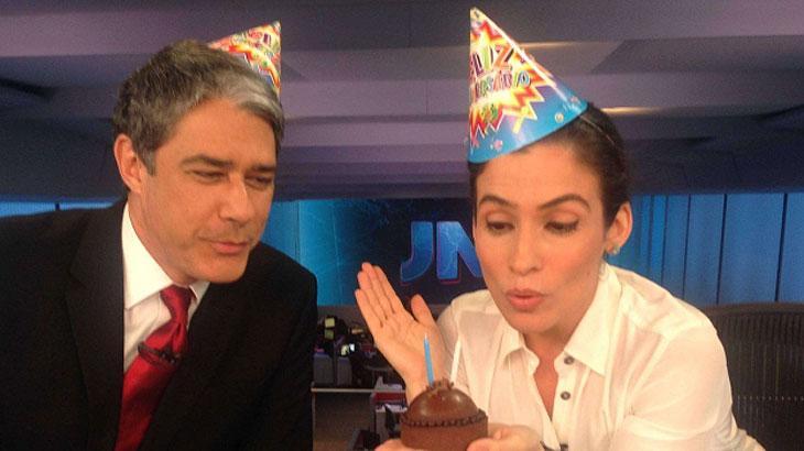 """William Bonner e Renata Vasconcellos no estúdio do """"JN"""" com um bolo e assoprando uma vela"""