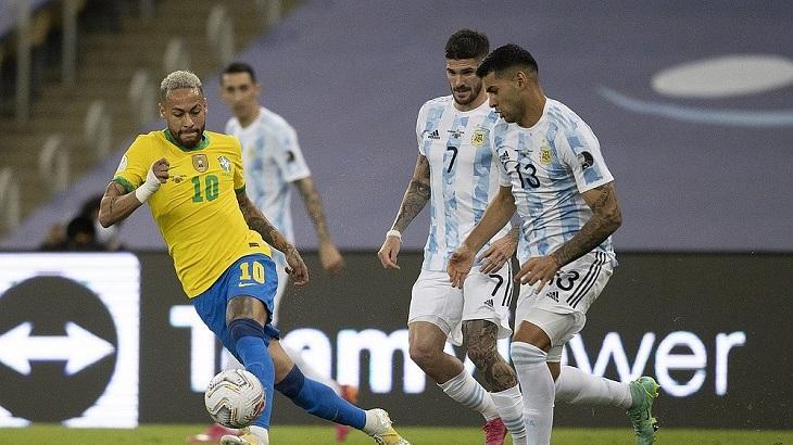 Neymar jogando na final contra a Argentina