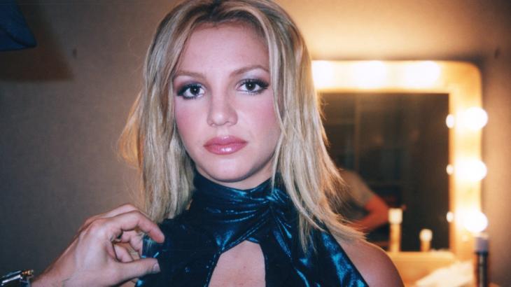Britney Spears no camarim mais jovem com cara de séria