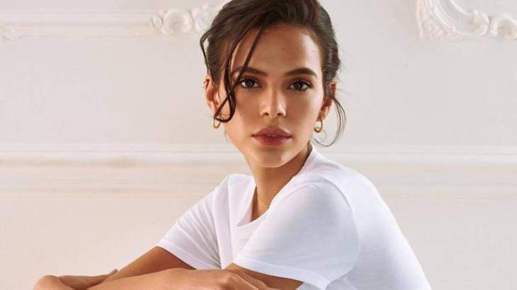 Bruna Marquezine de camiseta branca olhando para a câmera