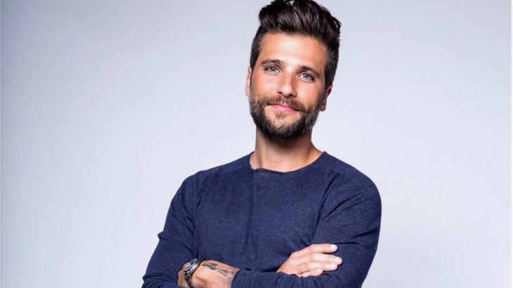 Bruno Gagliasso posado para foto, com os braços cruzados