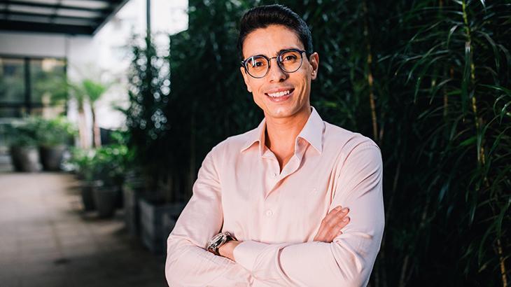 Bruno Motti posa com os braços cruzados