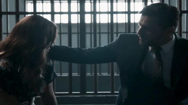 Na cadeia, Caio faz um carinho no rosto de Bibi