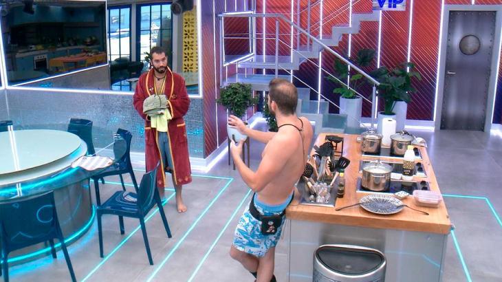 Gilberto e Caio conversando na cozinha do BBB21