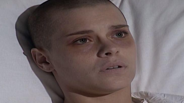 Camila deitada na cama do hospital apreensiva