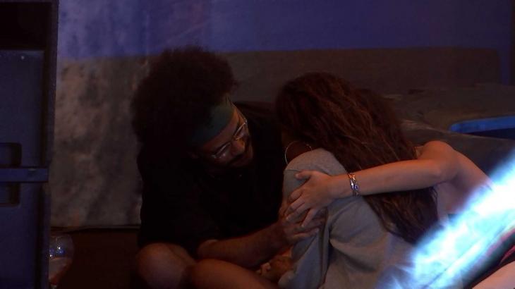 João Luiz abraçando Camilla de Lucas que está chorando de costas no BBB21