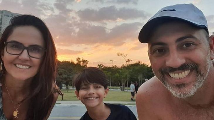 Carla Cecato, filho e o marido
