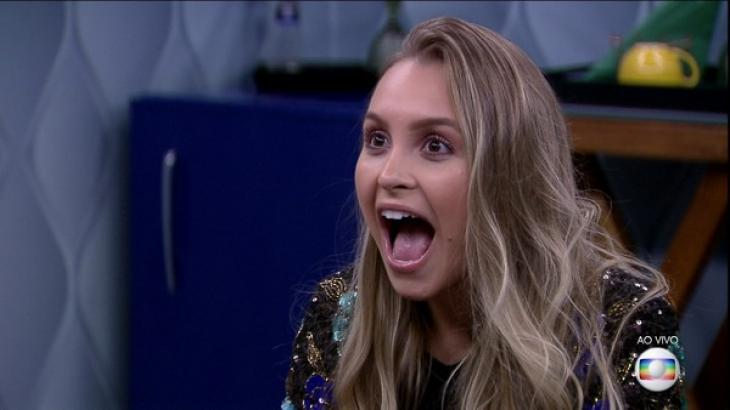 Carla Diaz com boca aberta de espanto