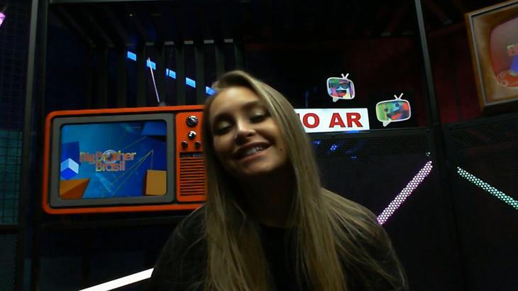 Carla Diaz sentada durante raio-x do BBB21