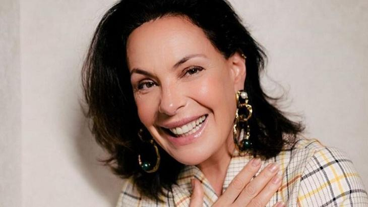 Carolina Ferraz sorrindo