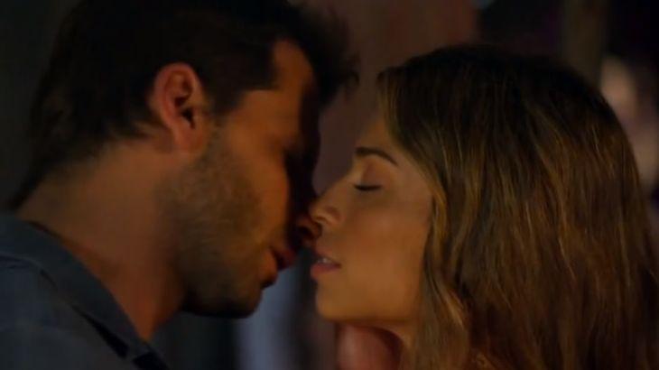Ester e Cassiano em clima romântico, quase se beijando