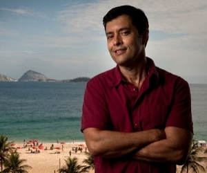Autor de primeiro beijo gay das novelas, Tiago Santiago faz 51 anos